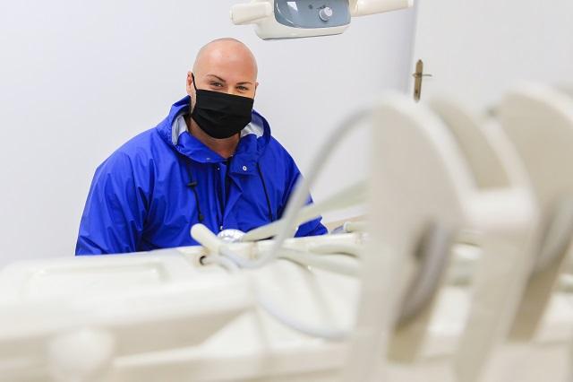 dentist, stomatolog